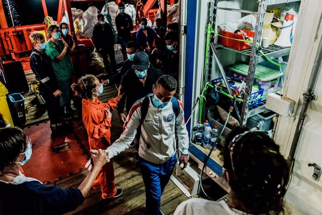 """HANDOUT - 06 July 2020, Italy, Porto Empedocle: Migrants leave the rescue ship of the humanitarian group SOS Mediterranee """"Ocean Viking"""". 180 Migrants stranded on board for days, has finally transferred to an Italian quarantine ferry.. Photo: Flavio Gaspe"""