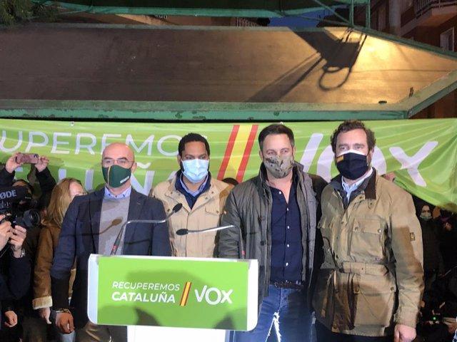 El portaveu del Comitè d'Acció Política de Vox, Jorge Buxadé, el candidat de Vox al 14F, Ignacio Garriga, el president de Vox, Santiago Abascal, i el portaveu de Vox en el Congrés, Iván Espinosa de los Monteros, a L'Hospitalet de Llobregat.