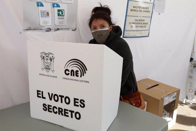 Una mujer procedente de Ecuador en una de las 64 mesas electorales repartidas por varias poblaciones de la Región de Murcia, en el Auditorio de Centro y Congresos de Murcia (España), a 7 de febrero de 2021. Unos 20.00 ecuatorianos están llamados a votar e