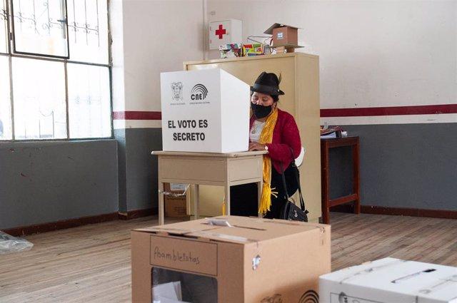 Una mujer votando en la jornada electoral ecuatoriana este domingo.