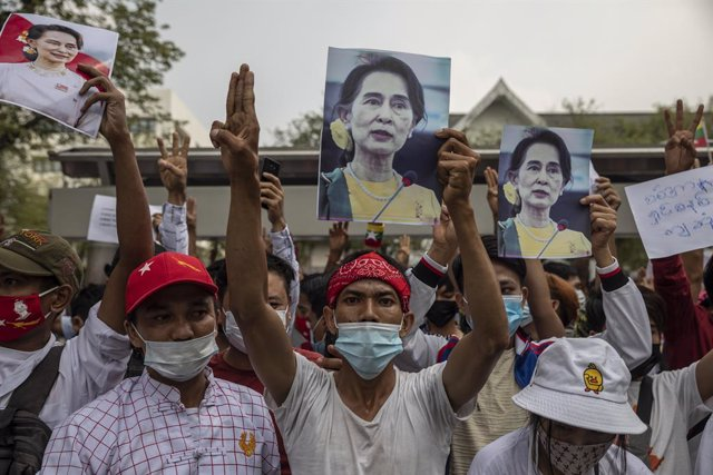 07 February 2021, Thailand, Bangkok: Myanmar and Thai citizens hold pictures of Aung San Suu Kyi outside of the building of the United Nations Economic and Social Commission for Asia and the Pacific during a protest against the Myanmar military coup. Phot