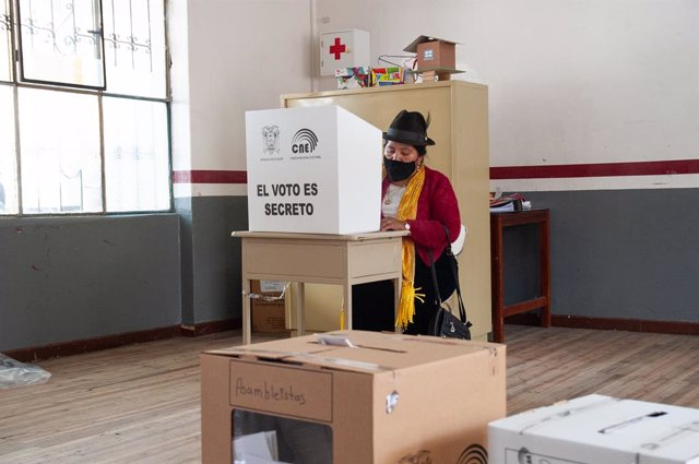 07 February 2021, Ecuador, Quito: A voter casts her vote into a ballot box during the presidential election. More than 13 million people were called on Sunday to vote for the new head of state of the South American country and the deputies of the National