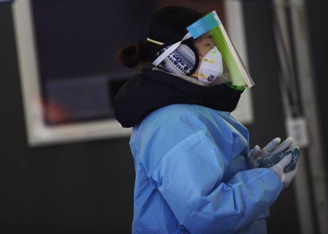 Una trabajadora sanitaria de Corea del Sur durante la pandemia de coronavirus