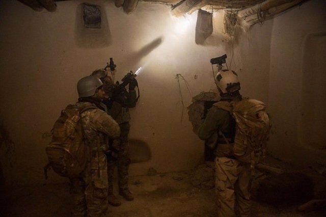 Militares afganos desplegados en una redada
