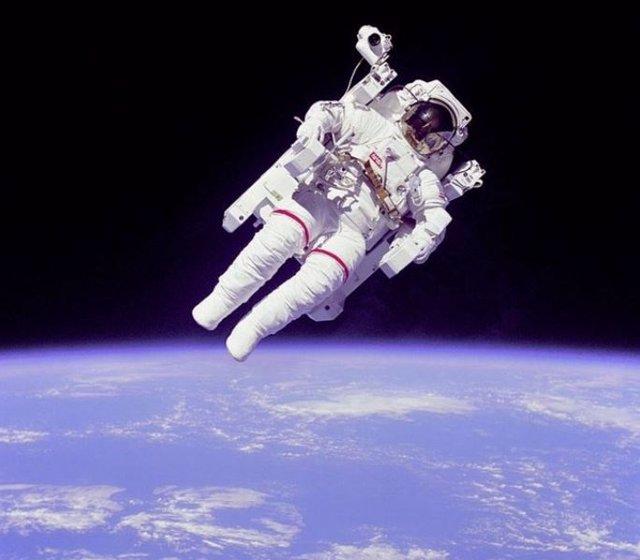 El astronauta Bruce McCandless en el primer paseo espacial autónomo