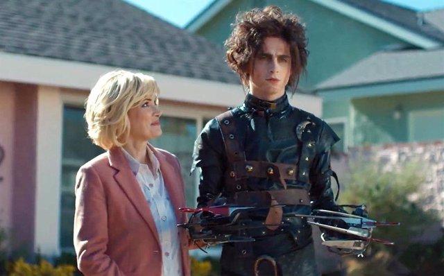 Timothée Chalamet y Winona Ryder en el anuncio de Eduardo Manostijeras ofrecido por Cadilac en la Super Bowl