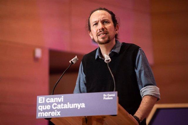 (I-D) El secretario general de Podemos y vicepresidente segundo del Gobierno, Pablo Iglesias, interviene durante el acto central de campaña de En Comú Podem para las elecciones catalanas.