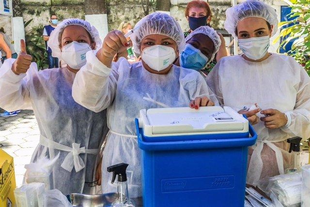 Un grupo de enfermeras posan con la vacuna contra la COVID-19.