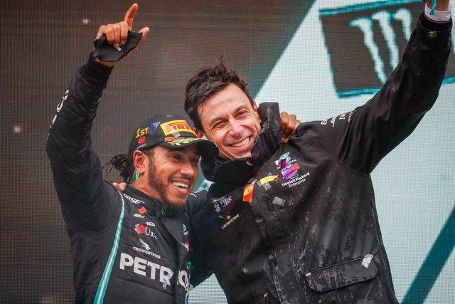 Lewis Hamilton y Toto Wolf (Mercedes)