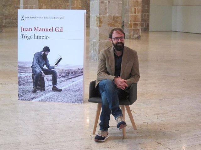L'escriptor Juan Manuel Gil, guanyador del Premi Biblioteca Breu 2021 amb 'Trigo limpio'