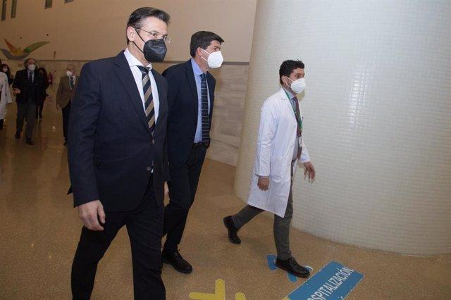El alcalde de Granada, Luis Salvador, el vicepresidente de la Junta, Juan Marín, y el director gerente del Hospital San Cecilio, Manuel Reyes