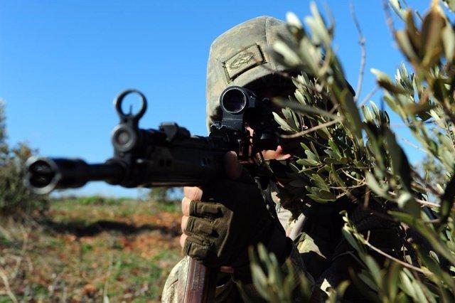 Soldado turco apuntando con un fusil