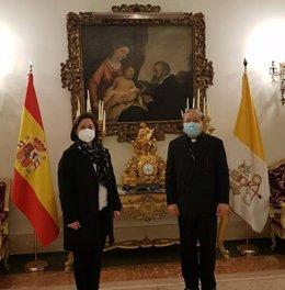 El nuncio en España, Bernardito Auza, y la presidenta de APROGC, Begoña Uña Cantalapiedra, se reúnen por la carta remitida al Papa contra las opiniones de sacerdotes sobre ETA
