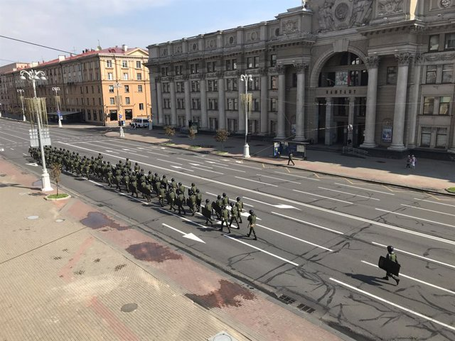 30 August 2020, Belarus, Minsk: Soldiers walk along the blocked Independence Square, ahead of a planned mass demonstration against President Alexander Lukashenko. The Interior Ministry has warned citizens not to take part in the unauthorized rally and has
