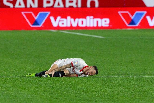 Lucas Ocampos se duele tras caer lesionado