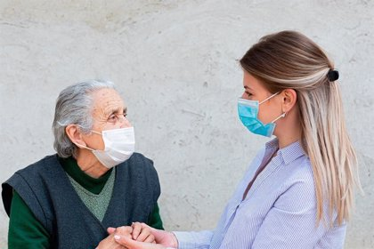 Las personas que cuidan a los mayores en sus domicilios piden ser prioritarias en la estrategia de vacunación