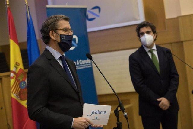 El presidente de la Xunta, Alberto Núñez Feijóo, y su homólogo de la Autoridad Portuaria, Martín Fernández Prado, en rueda de prensa tras una reunión en el organismo portuario sobre el puerto exterior