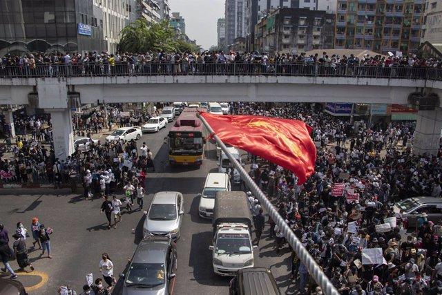 Protestas contra la junta militar en Rangún
