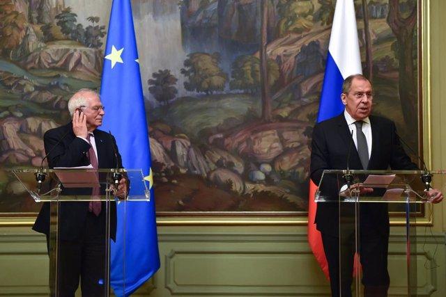 El Alto Representante de la UE para Política Exterior, Josep Borrell (i), en una rueda de prensa junto al ministro de Exteriores de Rusia, Sergei Lavrov (d)