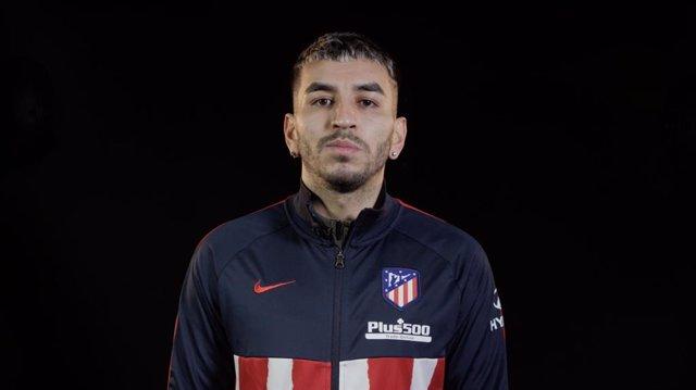 El delantero del Atlético de Madrid Ángel Correa apoya la campaña '50 millones de pasos por la epilepsia'.