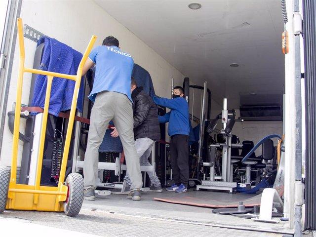 Operarios desmantelan el gimnasio de Kiko Matamoros y lo sacan de la casa de Makoke