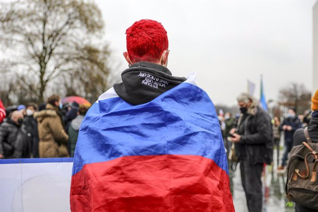 Un joven con una bandera de Rusia en una manifestación en Berlín en apoyo al oposito Alexei Navalni.