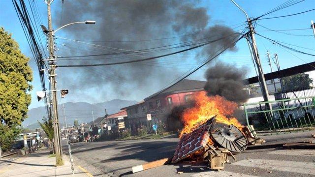 Disturbios tras la muerte de un malabarista por disparos de un carabinero en Panguipulli, en Chile
