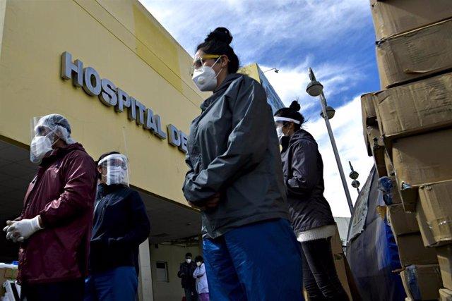 Un grupo de personas hace guardia a la entrada de un hospital de El Alto, Bolivia.