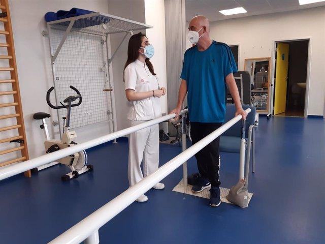 Un paciente de fisioterapia en rehabilitación en los hospitales de Ribera en Alicante
