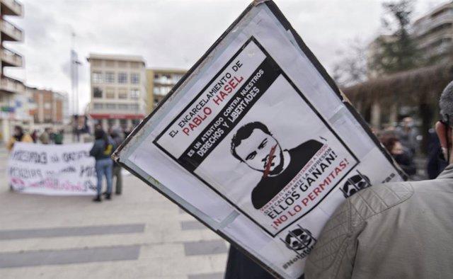 Una pancarta contra l'empresonament de Pablo Hasel durant una manifestació a Guadalajara