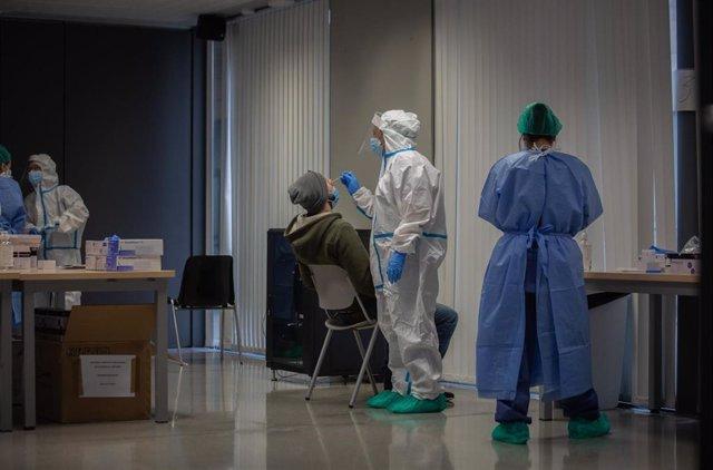 Cribados intensivos en el barrio del Raval de Barcelona para detectar asintomáticos de Covid ante la segunda ola de coronavirus.