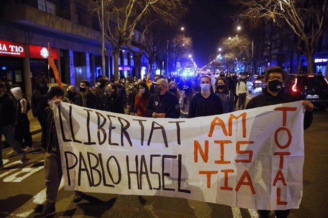 Varias personas participan en una manifestación contra el encarcelamiento del poeta y rapero Pablo Hasél, en Barclona, Catalunya (España), a 6 de febrero de 2021. Esta manifestación se produce después de que el pasado mes de enero la Audiencia Nacional or