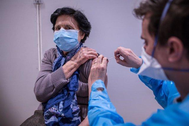 22 January 2021, France, Paris: A patient is vaccinated at the Olympe de Gouges vaccination center in the 11th district of Paris. Photo: Sadak Souici/Le Pictorium Agency via ZUMA/dpa