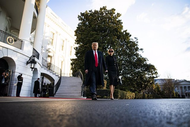 El expresidente de Estados Unidos Donald Trump en el momento de abandonar la Casa Blanca junto a su esposa, Melania Trump.