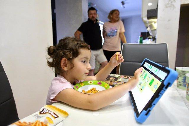 La terapeuta del habla Natasa Sreckovic Milenkovic visita a la niña Srna Staic para ayudarle  a dominar la comunicación verbal con el apoyo de una tablet.