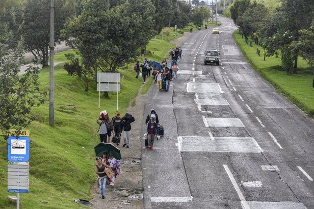 Migrantes venezolanos que regresan a su país desde Colombia