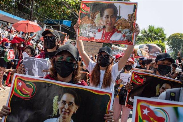 Protesta en apoyo de Aung San Suu Kyi en Rangún, Birmania
