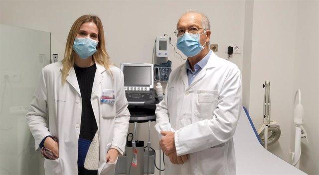 El jefe del servicio de urología del Chuvi, Antonio Ojea, y la uróloga Sabela López