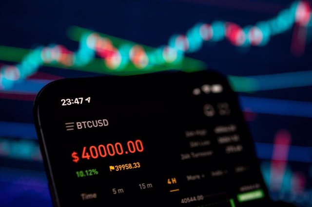 08 January 2021, North Rhine-Westphalia, Cologne: A mobile phone shows the price of bitcoin on the crypto exchange bybit. On the trading platform Bitstamp, one Bitcoin cost more than 40,000 US dollars for the first time. Photo: Marius Becker/dpa