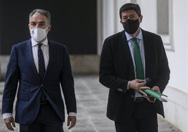 El vicepresidente de la Junta de Andalucía, Juan Marín (d), y el consejero de Presidencia, y portavoz del Gobierno andaluz, Elías Bendodo (i), llegan a la rueda de prensa posterior a la reunión del Consejo de Gobierno de la Junta de Andalucía. En el Palac