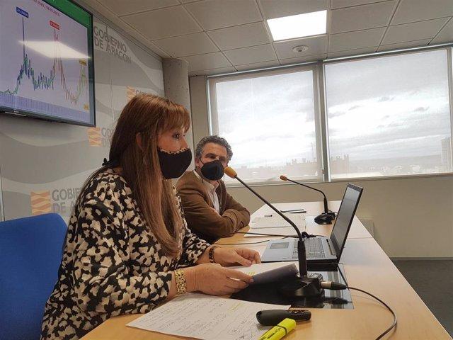 La consejera de Sanidad de Aragón, Sira Repollés, y  el director general de Salud Pública, Francisco Javier Falo, en la rueda de prensa.