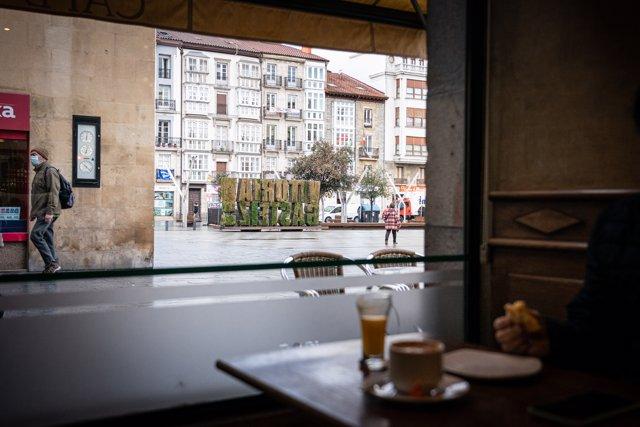Un comensal desayuna en una cafetería durante una jornada marcada por la reapertura de los establecimientos en los municipios vascos pertenecientes a la 'zona roja', en Vitoria