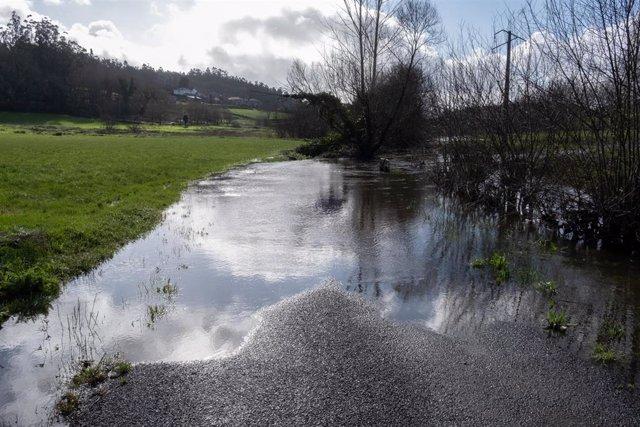 El aumento de caudal del río Tambre inunda una carretera a su paso por el Ayuntamiento de Ames en la provincia de la Coruña