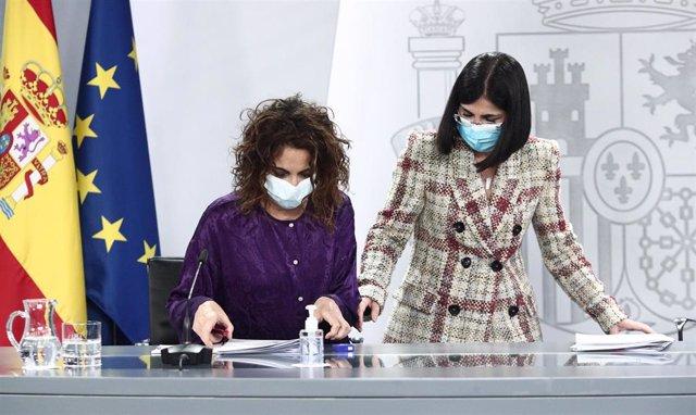 La ministra portavoz y de Hacienda, María Jesús Montero (i), y la ministra de Sanidad, Carolina Darias, a su llegada a una rueda de prensa posterior al Consejo de Ministros en Moncloa, Madrid (España), a 9 de febrero de 2021. La comparecencia se produce t