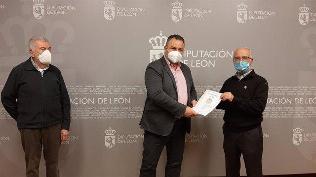 Morán (C) con el presidente y secretario de la Asociación de Amigos del Camino de Santiago 'Pulchra Leonina'.