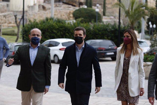 El candidat del PP a les eleccions catalanes del 14-F, Alejandro Fernández, el president del PP, Pablo Casado, i la cap de llista per Tarragona, Inma Rodríguez, arriben a un acte de campanya a Tarragona.