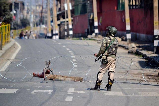 Un policía indio en Cachemira