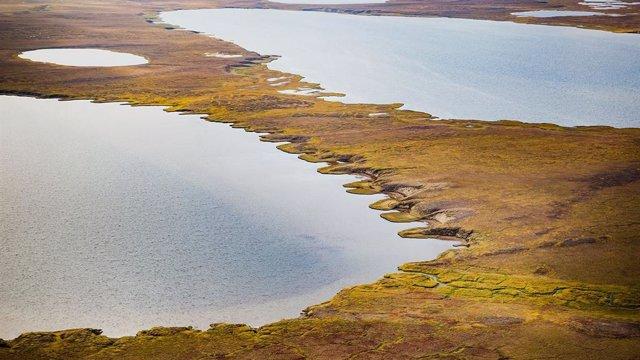 Lago termokárstico en Alaska, formado cuando el permafrost se descongela