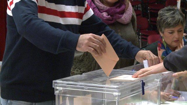Un elector diposita el vot en una urna (Arxiu)
