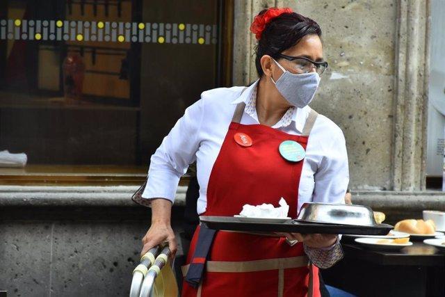 Una camarera en un restaurante en Ciudad de México.